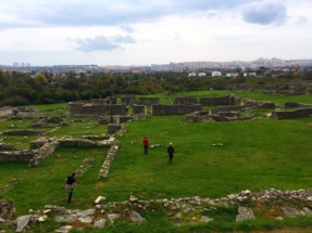 salona-walking-through-ruins