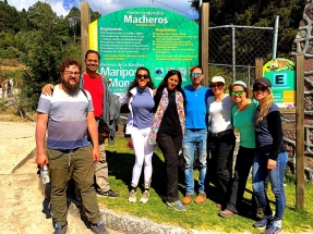 Group photo at the Macheros sign