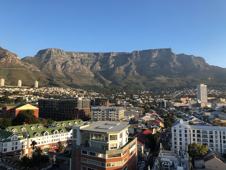 Cape Town w Table Mtn in background
